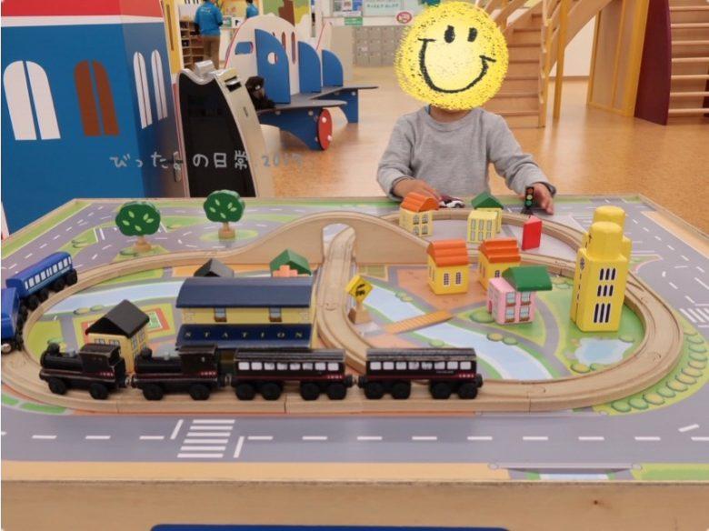 キッズピアの汽車とレールで遊ぶ息子
