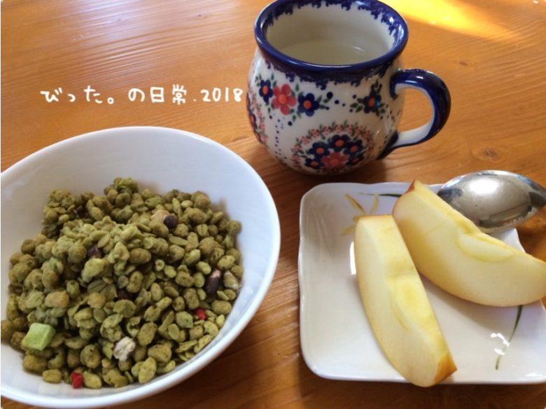 シリアルとりんごの朝食