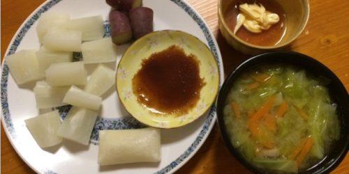 蒸し野菜とお味噌汁とお餅の晩ごはん