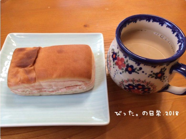 いちごパンとカフェオレの朝食