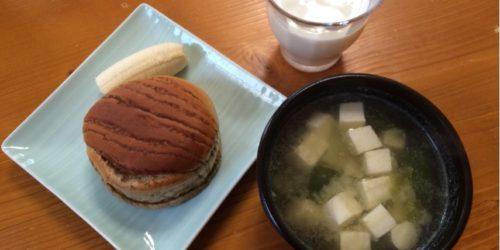 パンとお味噌汁の朝食