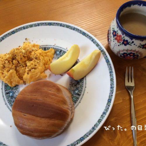 パンとカフェオレの朝食