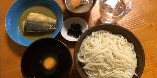 うどんとさば味噌煮の夕食